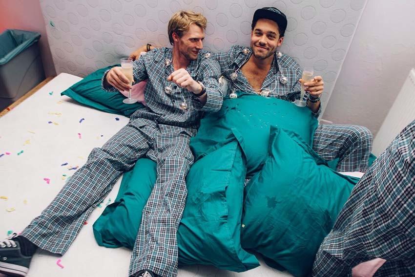 HEMA verrast bezoekers met pyjamafeest in pop-up nachtwinkel
